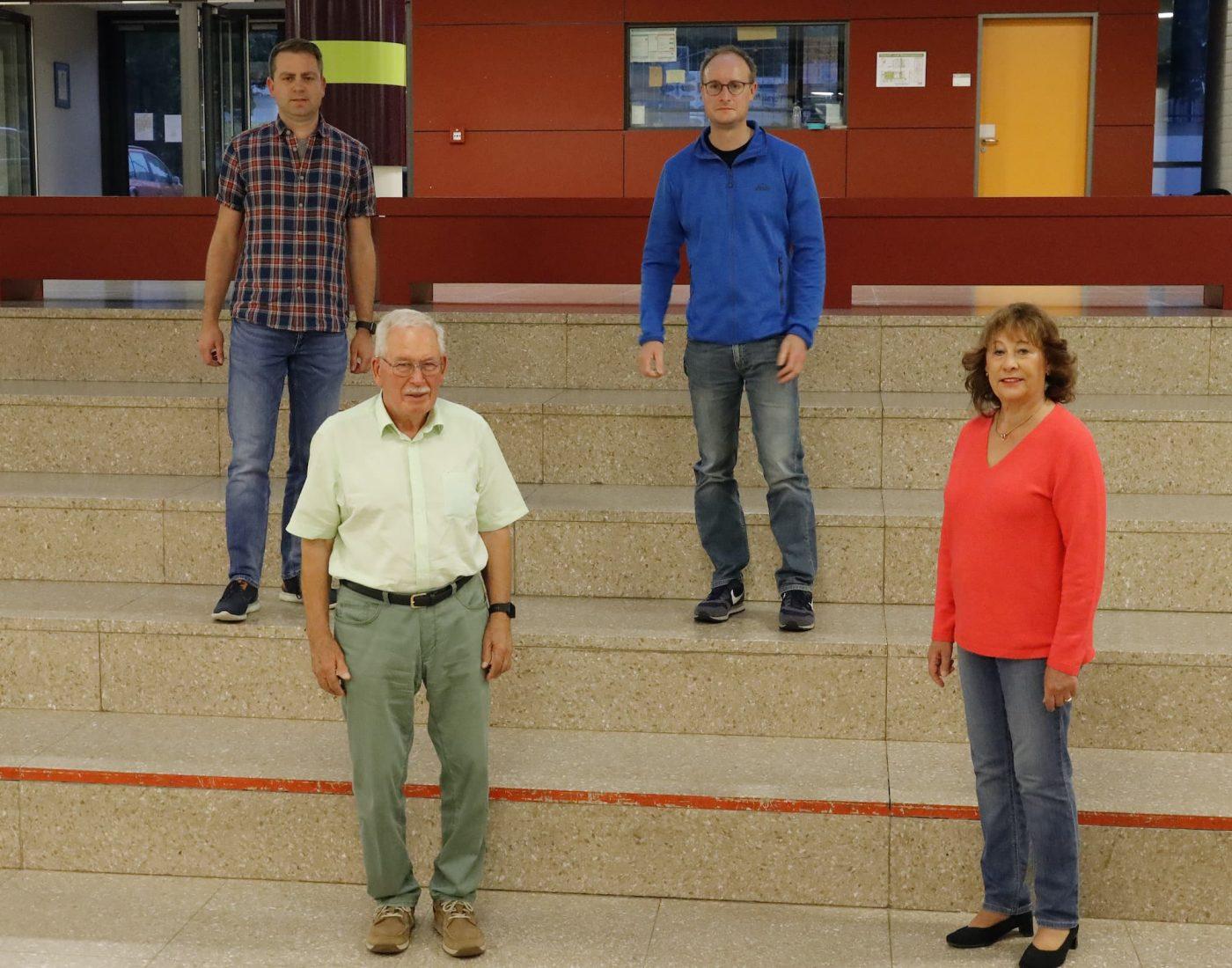 Gruppenbild Hinten: die Neuen im Vorstand v.l. : Matthias Bayer (2. Vorstand), Torsten Christ (Kassier) Vorne v.l.: Robert Wenk (40 Jahre Mitglied) und Renate Heumann (25 Jahre Mitglied)